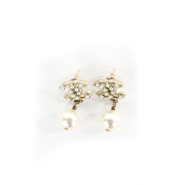 Boucles d'oreille clous Chanel CC et pendant goutte perles fantaisie