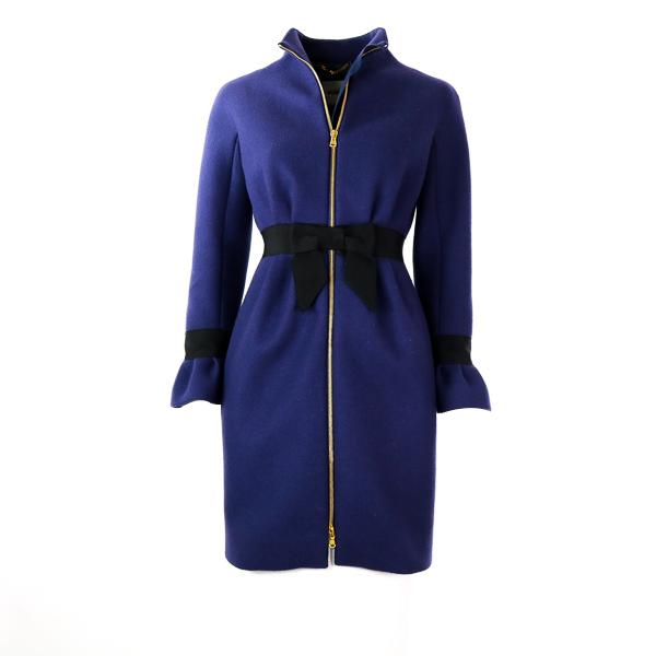 Manteau Moschino violet foncé et noeud noir à la taille face 1
