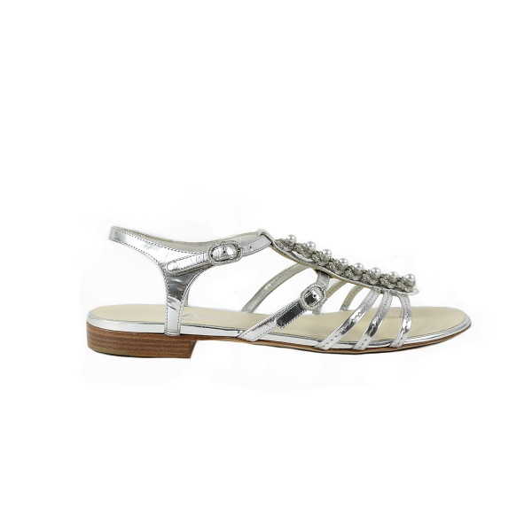 Sandale Chanel argentée détail perle profil droit